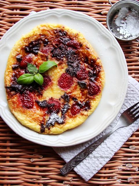 Słodki omlet z czekoladą i truskawkami