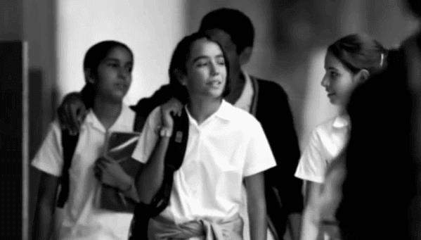 Colegiala con bolso al hombro (foto en blanco y negro