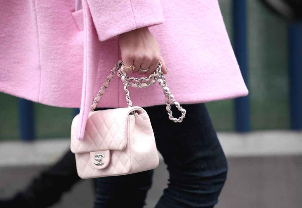 Abrigo y bolso Chanel en rosa
