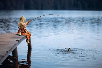 Menininha pescando