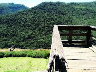 Ponte dos Korff e Rio das Antas vistos de  um mirante de madeira junto à estrada.