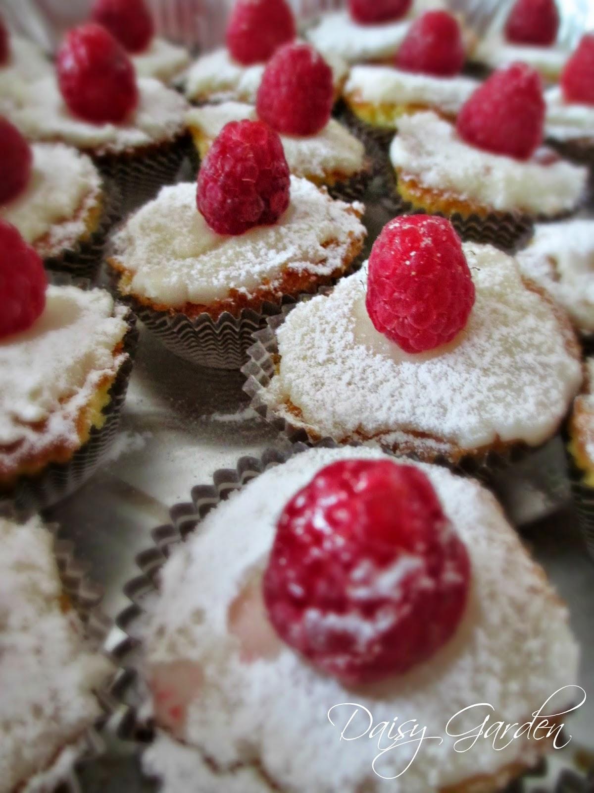 cupcake con lamponi, regalino edibile fai da te per natale, regalo handmade