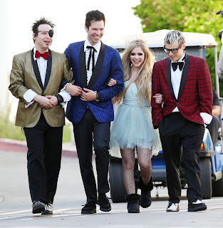 Videoclip » Here's to Never Growing Up [¡100 Millones!] - Página 3 EXPOSTAS.com+Avril+Lavigne+2013-04-07+-+On+Set+of+her+new+Video+HERE%27S+TO+NEVER+GROWING+UP+in+LA+%286%29