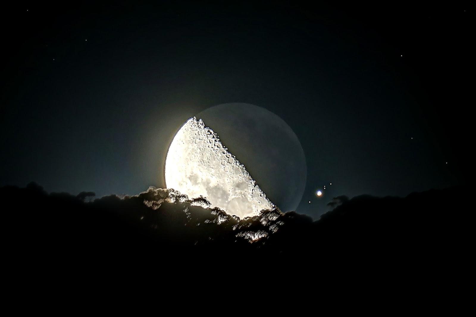 Hình này chỉ mang tánh chất minh họa, thực tế Mặt Trăng tối nay không phải bán nguyệt và hành tinh Mộc nằm xa hơn thế. Tác giả hình : blh2 trên mạng Reddit.