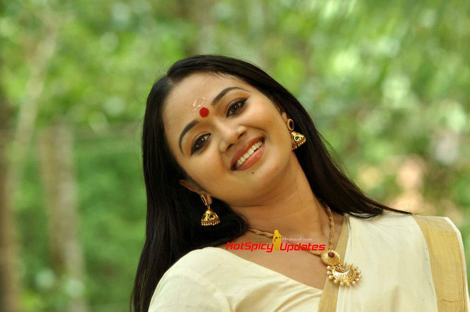 Suchitra Murali: Saranya Sasi Latest Hot Cute Stills In Saree