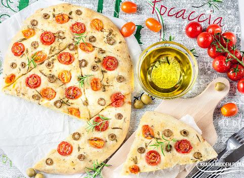Rozmarynowa Focaccia z pomidorkami i oliwkami