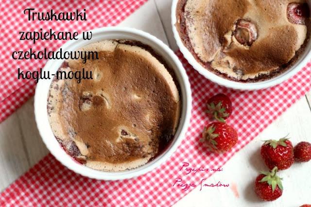 Truskawki zapiekane pod czekoladowym koglem-moglem.