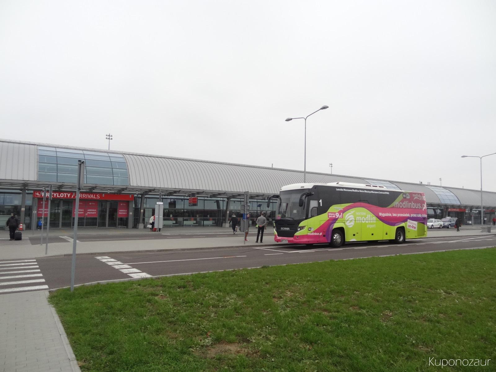 ModlinBus na przystanku przy lotnisku w Modlinie