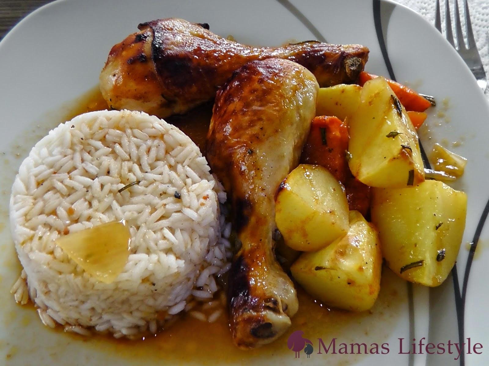 zwei knusprige Hähnchenschlegel an Reis und Kartoffelgemüse