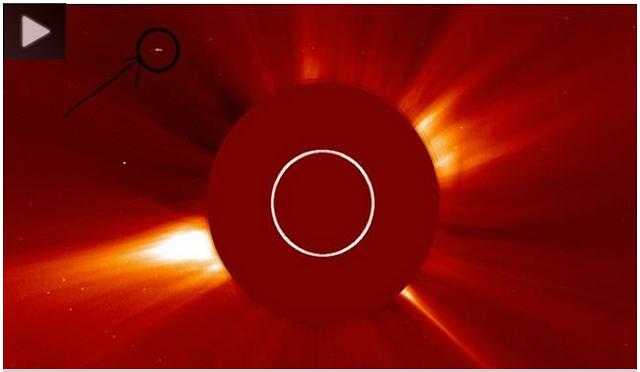 رصد عشاق نظرية الكائنات الفضائية في صور جديدة لوكالة ناسا جسما يبدو مثل مركبة غريبة وضخمة الحجم، وكان الجسم موجودا في الصور بالقرب من الشمس، وكأنه يقترب منها للحصول على الطاقة.