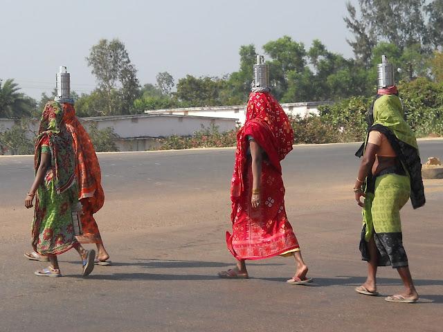 Индианки с кастрюлями на голове