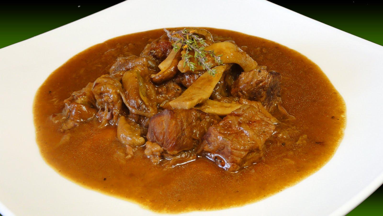 cocinar para los amigos estofado de carne cebolla y hongos