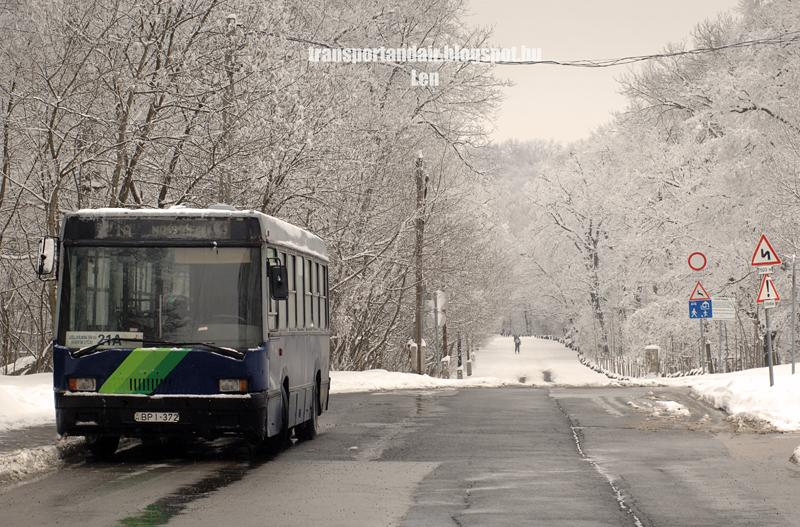 Első szériájú Ikarus 415 típusú autóbusz várakozik a Normafa megállóhelyen bpi-372