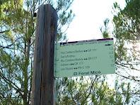 Rètol a la cruïlla entre el Camí de Comelles i la variant del Forat Micó