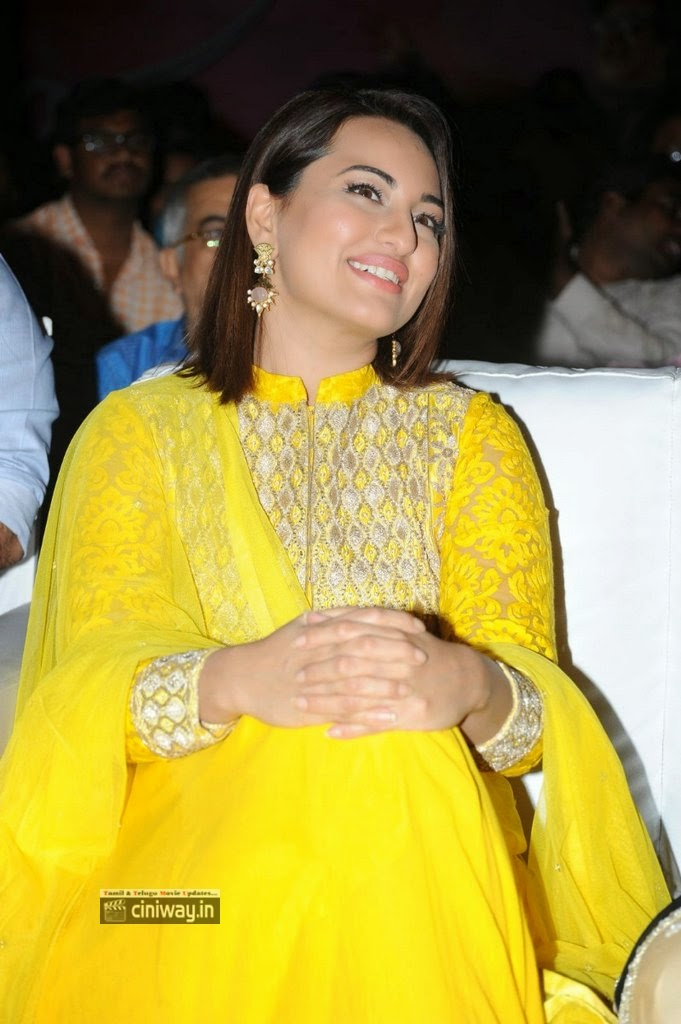 Sonakshi-Sinha-Stills-At-Lingaa-Movie-Audio-Success-Meet