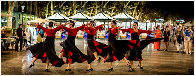 Ella danza sola: Mujer danzando en las Ramblas, Barcelona.