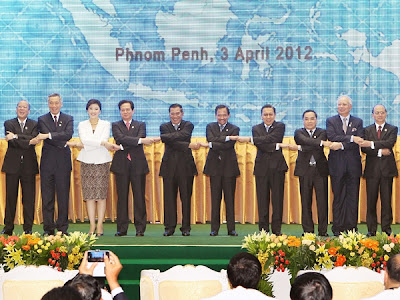 Sáng 3-4, tại thủ đô Phnom Penh, Campuchia, Thủ tướng Nguyễn Tấn Dũng cùng người nữ đồng cấp xinh đẹp Thái Lan dự lễ khai mạc Hội nghị Cấp cao ASEAN lần thứ 20 và lễ kỷ niệm 45 năm thành lập ASEAN