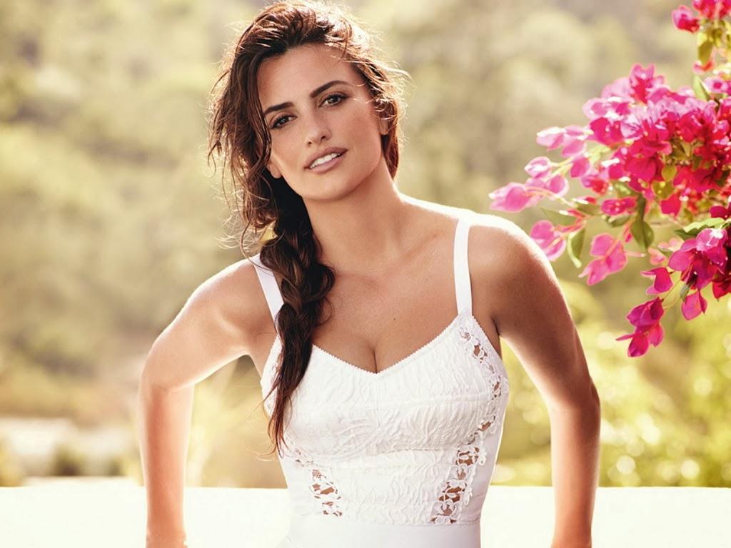 Hot Model Penelope Cruz Sexy Pose