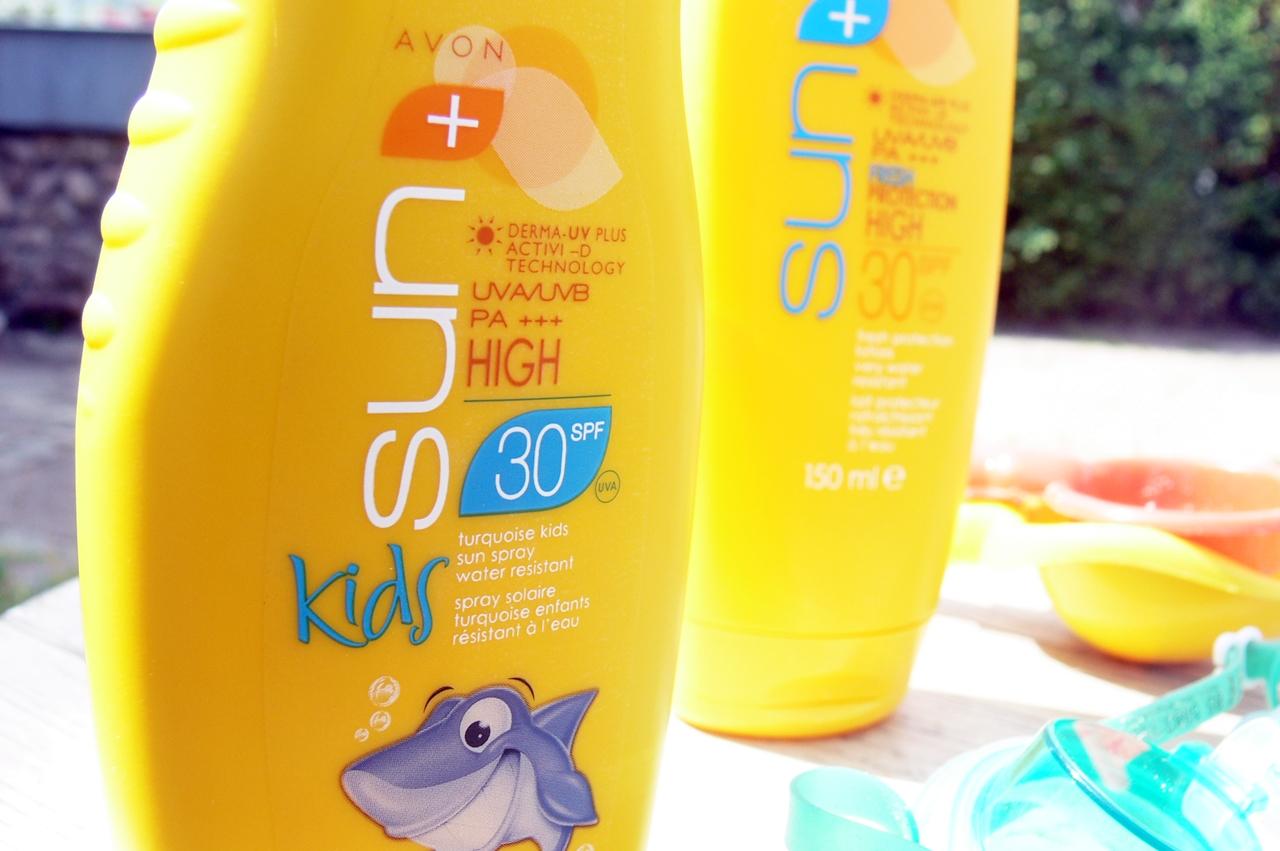 Kolorowe wodoodporne mleczko ochronne w sprayu dla dzieci SPF30 - AVON SUN + Kids