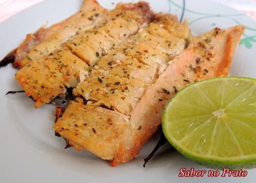 Este peixe assado no forno é muito fácil de fazer e fica uma delícia.