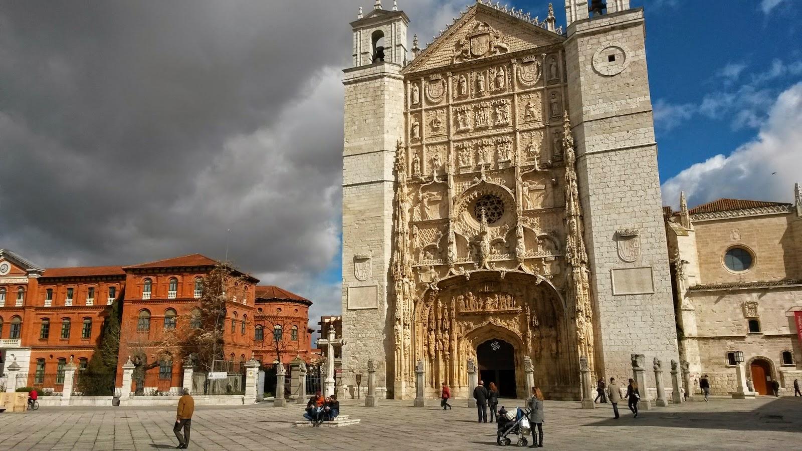 Iglesia de San Pablo, famosa por su imponente fachada decorada con esculturas.