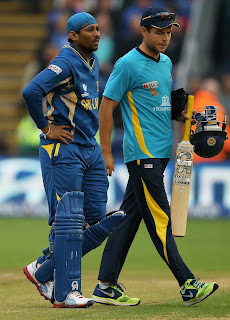 Tillakaratne-Dilshan-walks-off-after-an-injury-India-vs-Srilanka-ICC-champions-Trophy-2013