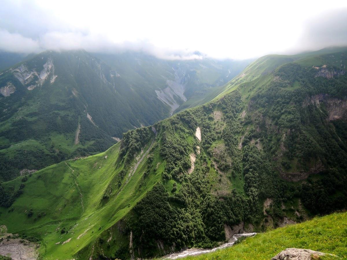 Вид с обзорной площадки на Крестовом перевале