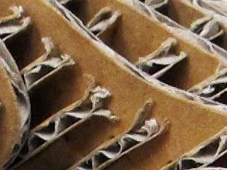 段ボールが組まれて作られているドーナツの拡大写真