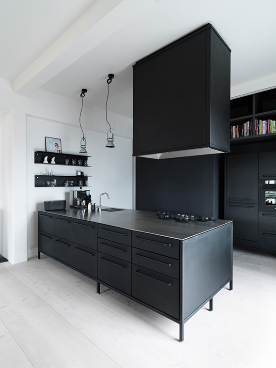 Minimalistic black kitchens | Image via Home Adore