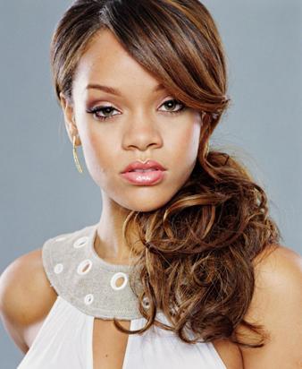 Marjinal görünümü ile her dai ilgi odağı haline gelen Rihanna bu defa doğal saç modeli ile kameralara poz vermiştir. Şöyle ki; Rihanna kahve saçlarına karamel balyak atılmış saçlarını ense hizasında gevşek bir şekilde bağlamış ve dalgalı saçlarını yan tarafına atmıştır, bunun yanısıra uzun yana ayrılmış kahkülleri de oldukça hoş görünmektedir.
