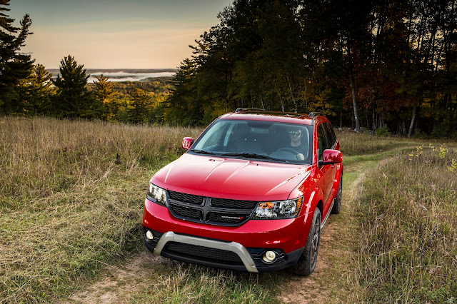 Front 7/8 view of 2016 Dodge Journey Crossroad Plus