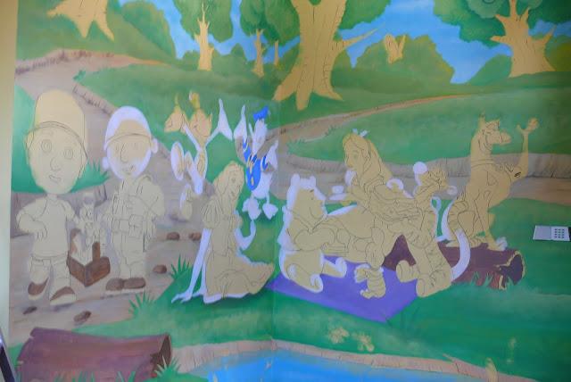 Malowanie obrazu 3d w pokoju dziecięcym, aranżacja ściany poprzez malowanie grafiki ściennej.