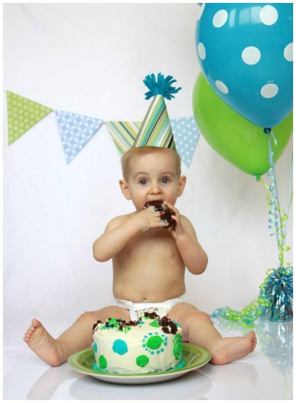 Bebê devorando seu bolo