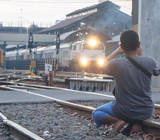 Kereta Ekonomi Yang Berhenti di Wonokromo