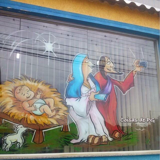 Selfie do nascimento de Jesus vira pintura em vitrine de Natal
