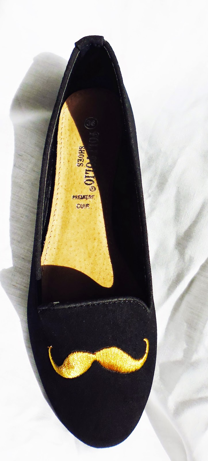 http://www.ebay.fr/itm/ballerines-noires-ballerine-noire-noir-slippers-moustache-doree-petit-prix-WOW-/301087804145?ssPageName=STRK:MESE:IT