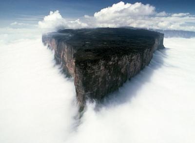 Затерянный мир плато. Красивое фото плато среди туч. Горы, тучи.