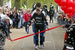 بالصور.. بريطانية مصابة بشلل نصفي تقطع 26 ميلًا مشياً !!