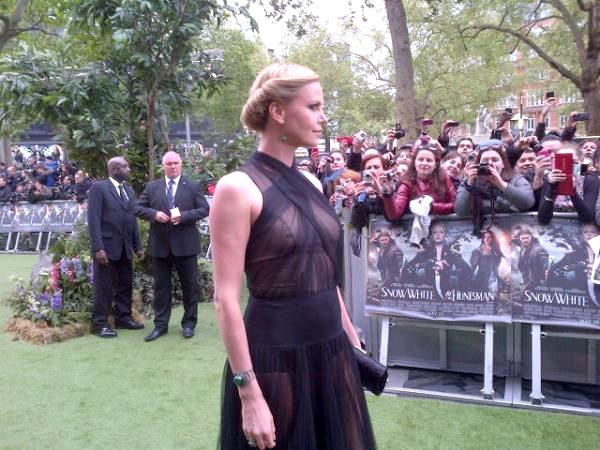 Charlize Theron Aparece Em Premi Do Filme Branca De Neve Vestido