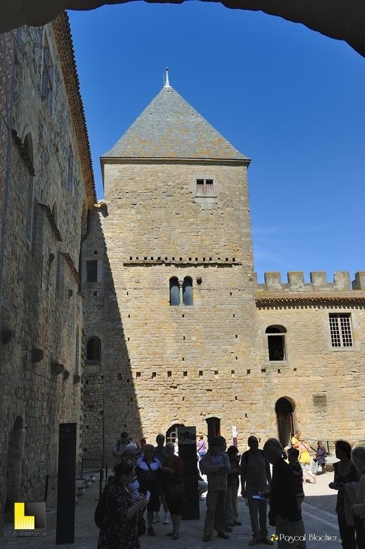entrée de la cour du château comtal de Carcassonne photo au delà du cliché