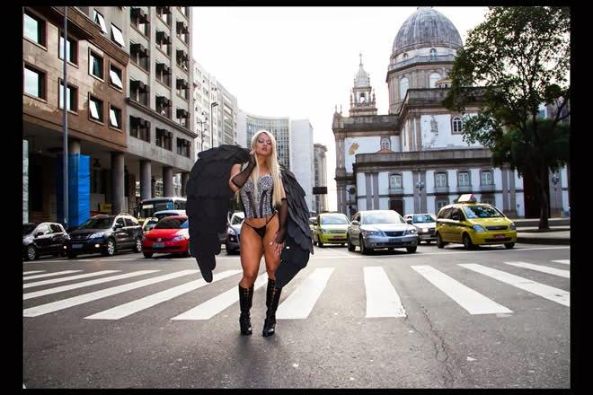 Laisiane Favarato musa do Flamengo em ensaio sensual no centro do Rio