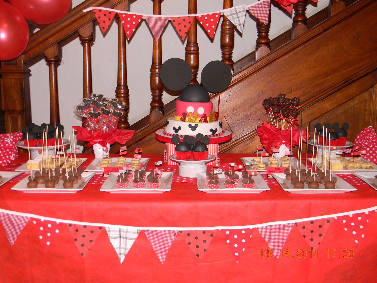 Juani, esta hermosa mesa tematica de Mickey Mouse con detalles de
