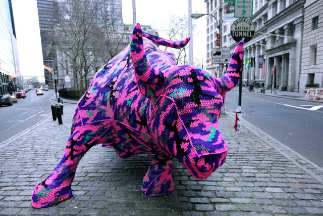 Toro gigante de muchos colores. Arte callejero, street art