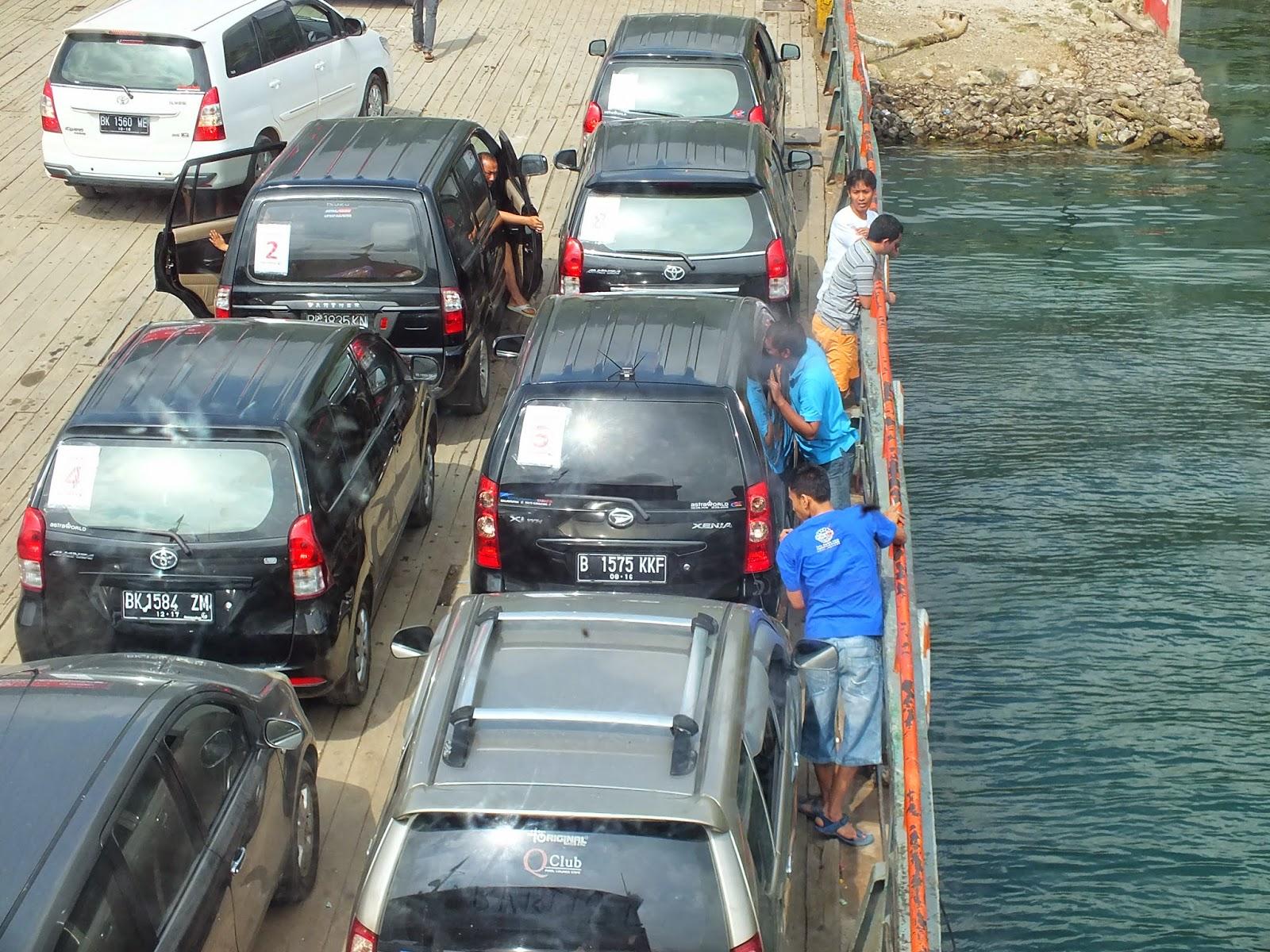 dalam ferry, mulai menyebrang danau toba