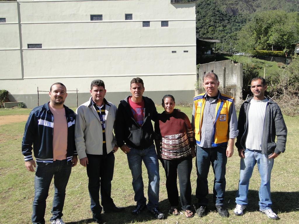 Prefeito Arlei e secretários José Carlos Cunha e Roberto Silva com moradores do Rosário: moradia segura para alocar famílias residentes em área de risco