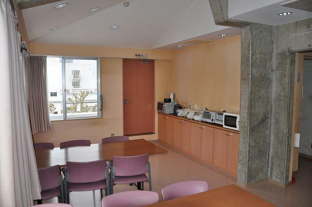 De mannen van omes in japan een kijkje in de keuken - Een dressoir keuken ...