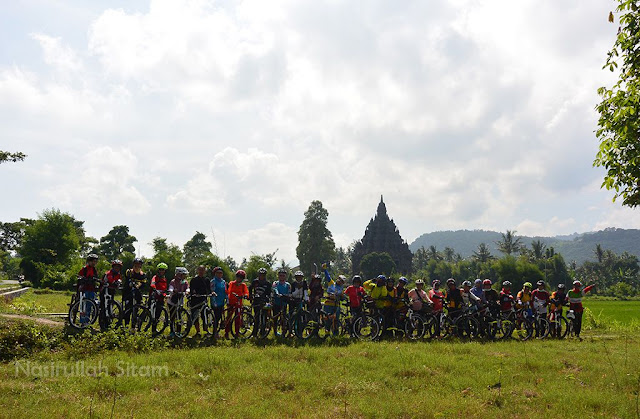 Foto dengan latar belakang Candi Sojiwan