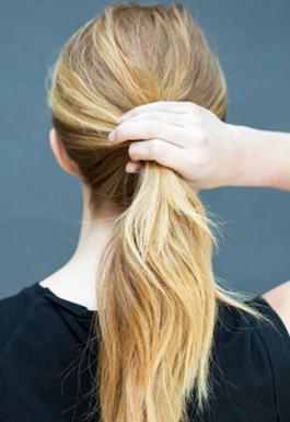 Sisir dan tarik rambut ke belakang