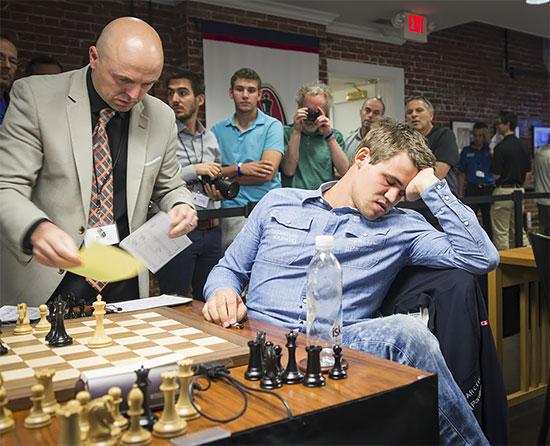 Ronde 7: le champion du monde ne pouvait pas regarder les feuilles de partie après les avoir signés © Lennart Ootes
