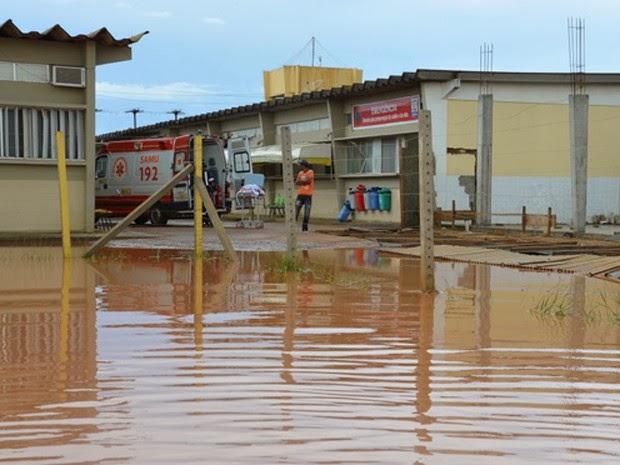 Água chegou bem próxima à entrada da Emergência do HGC (Foto: Anderson Oliveira/Blog do Anderson)